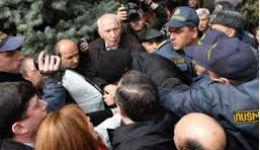 Քաշքշուք ոստիկանների և Րաֆֆի Հովհաննիսյանի միջև (տեսանյութ)