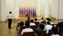 Սերժ Սարգսյանը հանդիպում է ունեցել «Լույս» հիմնադրամի կրթաթոշակառուների հետ