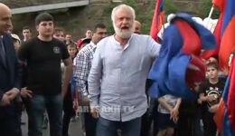 Մաստեր Կարոն (դեսպան Կարո Քեբաբջյանը) գետին նետեց Ադրբեջանի դրոշը(տեսանյութ)