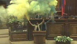 «Քաղաքացիական պայմանագիր» կուսակցության «հրավառությունը». ԱԺ դահլիճը ծխի մեջ էր (տեսանյութ)