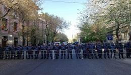 Ոստիկանները պաշտպանում են ՀՀԿ շենքը (տեսանյութ)