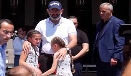 «Մի գիշերում երեք երիտասարդի սպանեցին, թողեցին էս երկու որբերին, մեզ ծաղրում են». Գորիսում դիմեցին վարչապետի օգնությանը