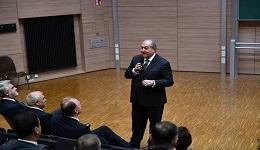 Պետք է ստեղծել արդար և խաղաղ միջավայր ԼՂ խնդրին լուծում տալու համար. ՀՀ նախագահը պատասխանել է ադրբեջանցի ուսանողի հարցին