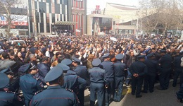«Սպայկա»-ի տնօրենը կալանավորվեց. Աշխատակիցների բողոքը դատարանի դիմաց՝ պահանջում են Նիկոլ Փաշինյանին