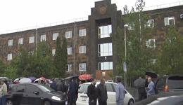 Քաղաքացիները փակել են դատարանների մուտքերն ու ելքերը (ուղիղ)