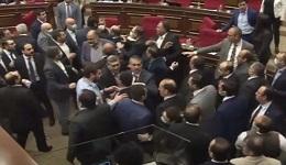 Ծեծկռտուք ԱԺ-ում.. Սասուն Միքայելյանը բռունցքներով հարձակվեց Մարուքյանի վրա
